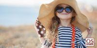 Güneşlenen çocuk gözlükten kurtuluyor