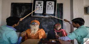 Hindistan sokaklarında mide bulandıran göz tedavisi